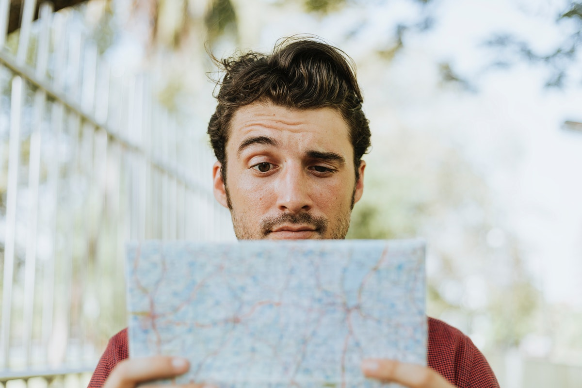 lire carte office de tourisme adulte homme touriste