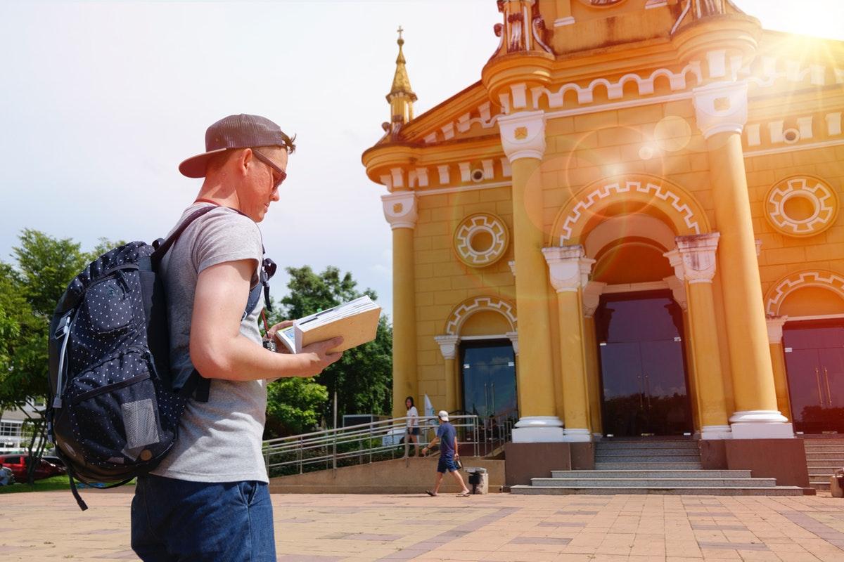 touriste avec guide office tourisme